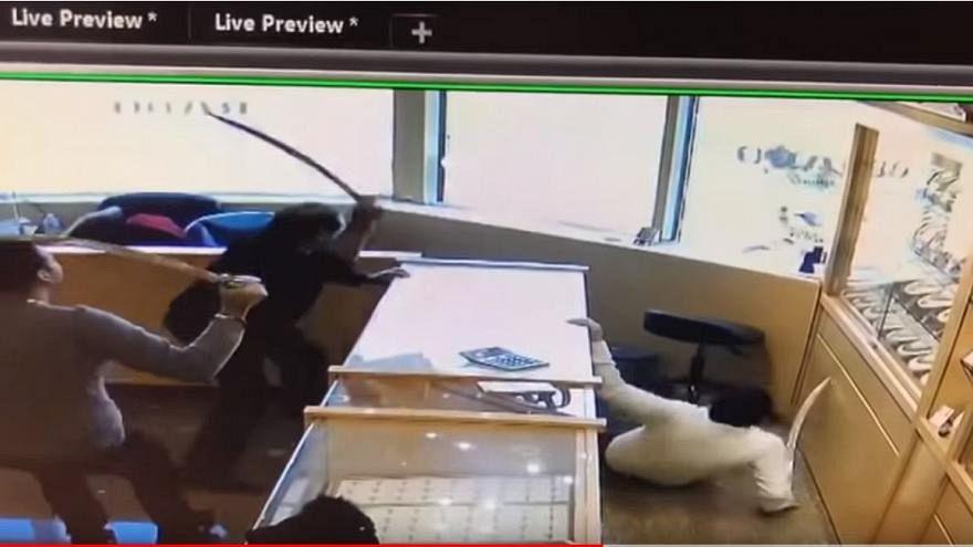 Video | Kuyumcu dükkanını soymak isteyen hırsızlara kılıçlı müdahale