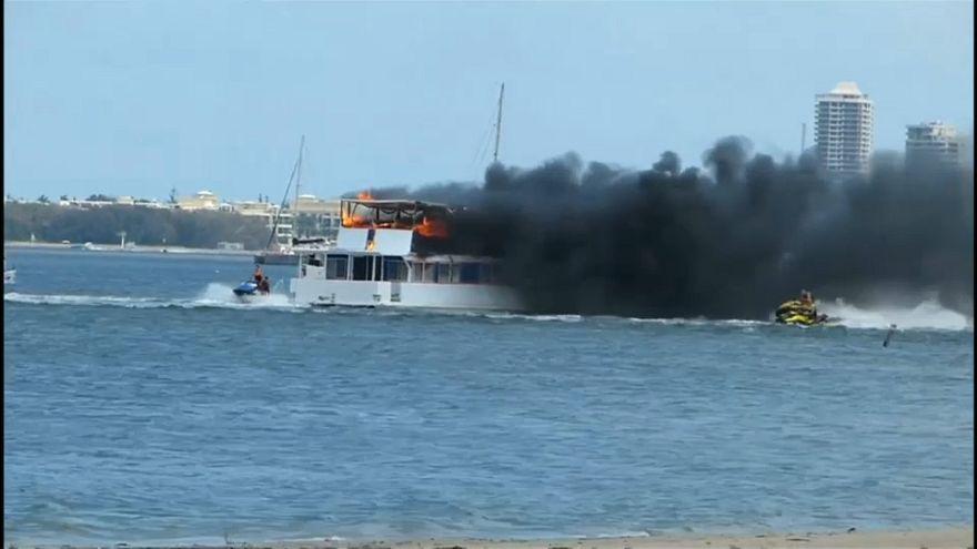 شاهد كيف هبّ سائقو دراجات مائية في أستراليا لإخماد حريق شب في أحد المراكب