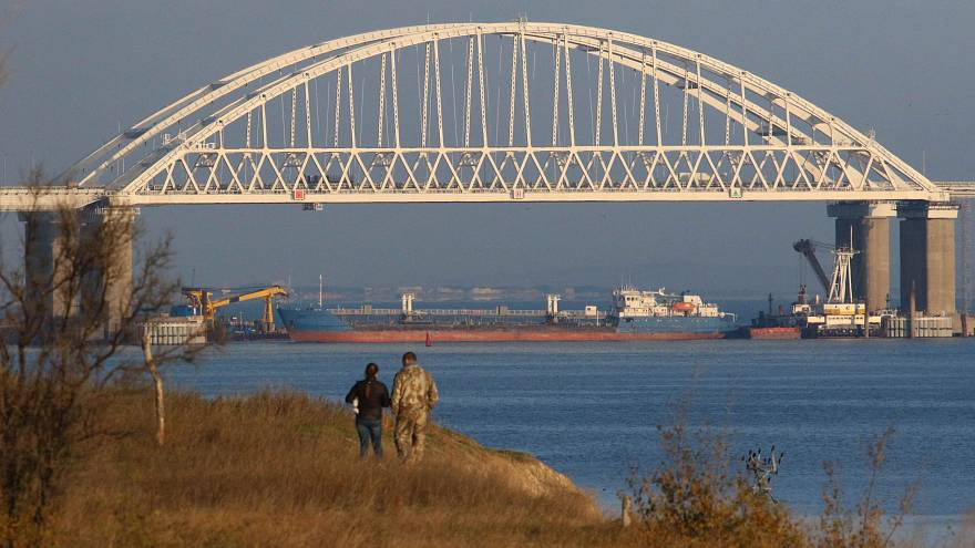 Ucrania acusa a Rusia de abrir fuego contra sus barcos en el estrecho de Kerch
