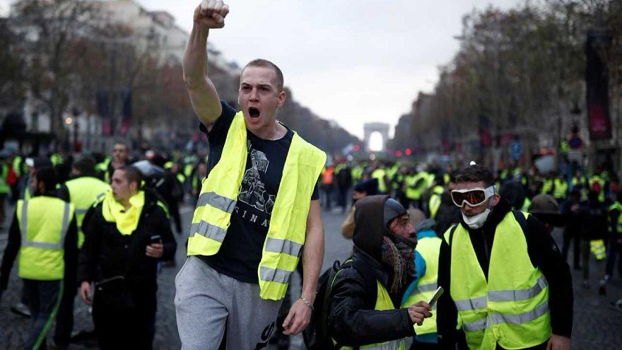 تحت وطء الاحتجاجات.. فرنسا تعلق الزيادة في الضريبة على الوقود