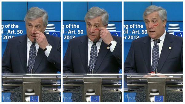 حمایت رئیس پارلمان اروپا از کارزار منع خشونت علیه زنان با کشیدن رژ سرخ