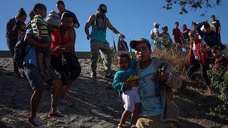 Tijuana : des migrants repoussés à la frontière américaine