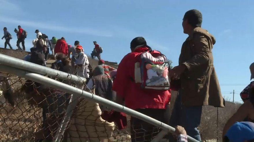 الشرطة الأمريكية تصد مئات المهاجرين وتغلق معبرا حدوديا مع المكسيك مؤقتا