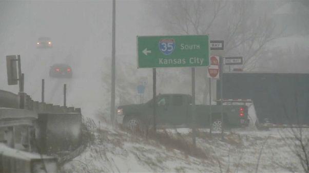 عاصفة ثلجية تتسبب بإلغاء 1240 رحلة جوية في الولايات المتحدة
