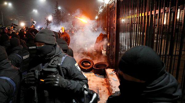 Εθνικιστές διαδηλώνουν στη ρωσική πρεσβεία στο Κίεβο
