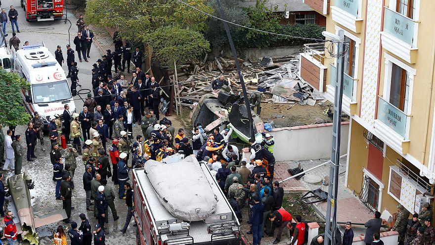 Lakónegyedre zuhant egy helikopter Isztambulban