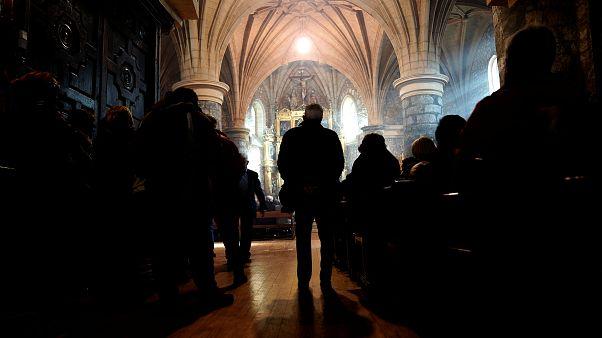 Folyamatos istentisztelettel védenek egy menekült családot egy holland templomban