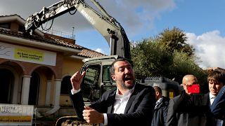 Salvini sube a una excavadora para demoler una villa de la mafia italiana