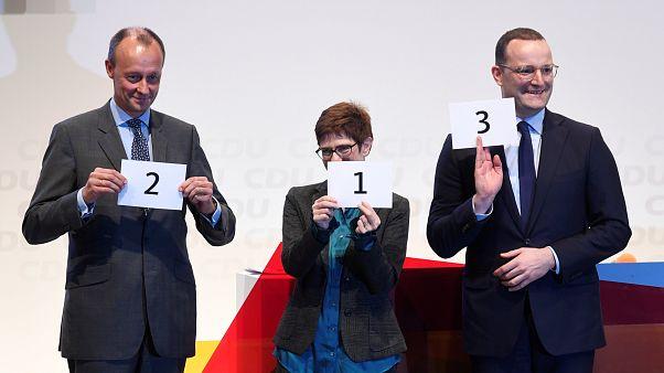 Merz, Kramp-Karrenbauer und Spahn zeigen die Reihenfolge ihrer Redebeiträge