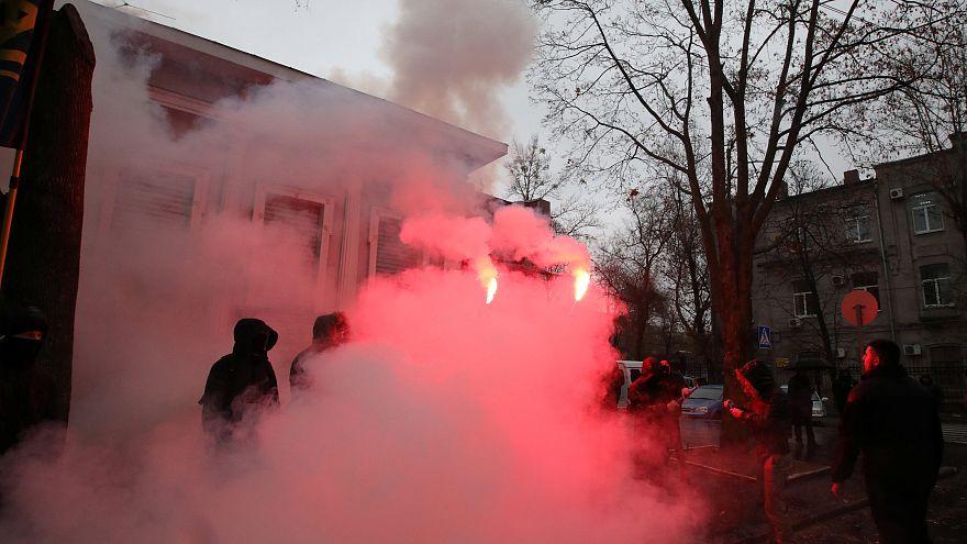 Ukrainian nationalists vandalise Russian consulate in Kharkiv