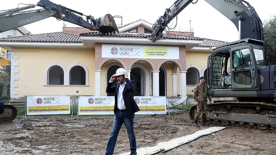 İtalya İçişleri Bakanı Salvini kepçeyle mafyaya ait kaçak villayı yıktı