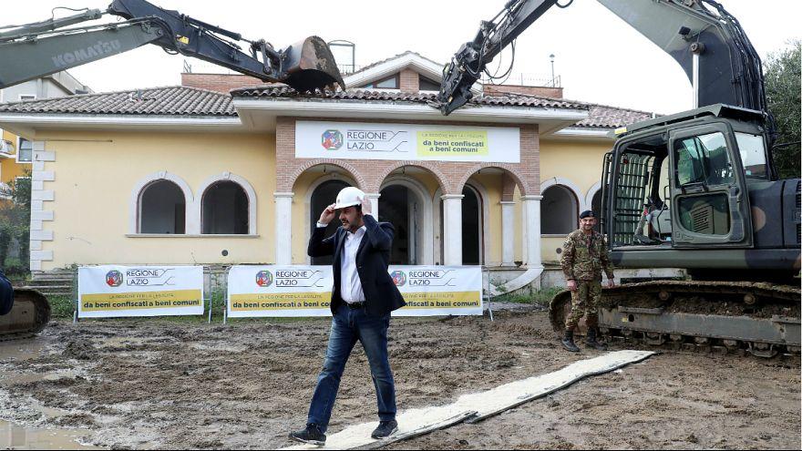 وزیر ایتالیایی سوار بر بولدوزر یک ویلای لوکس متعلق به مافیا را تخریب کرد