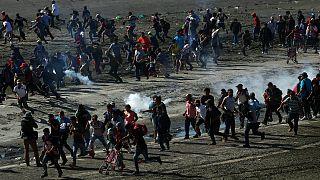 ویدئو؛ شلیک گاز اشکآور به سمت مهاجران در مرز مکزیک