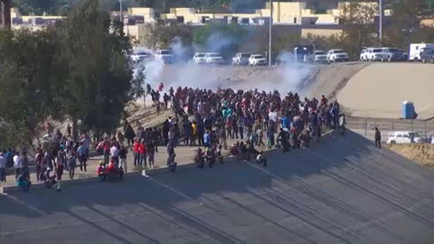 شاهد: مهاجرون في مواجهة الغاز المسيل للدموع على الحدود الأمريكية