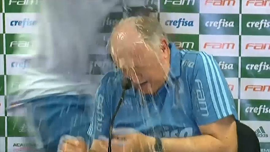 Llueve champán en plena conferencia de prensa