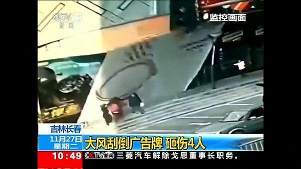 شاهد: لوحة إعلانية ضخمة تسقط على مارة في الصين