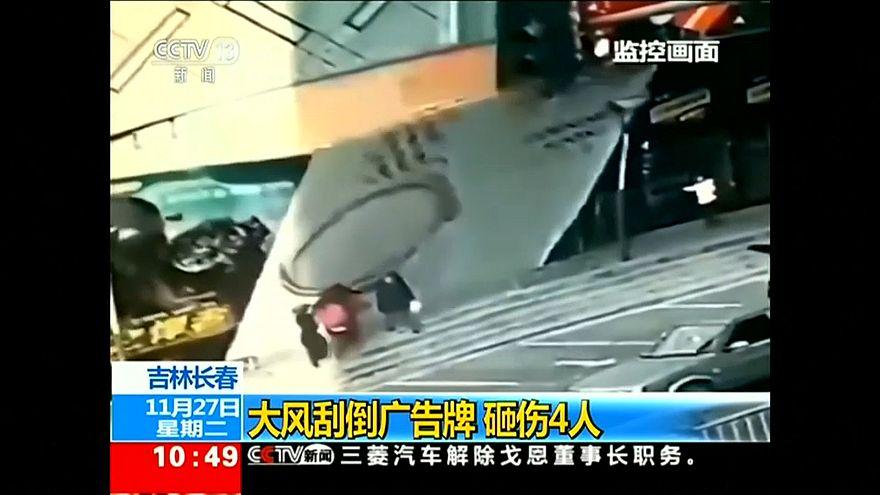 Video | Çin'de reklam panosu devrildi, dört kişi altında kaldı