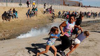 المكسيك تطالب بالتحقيق في إطلاق أمريكا الغاز المسيل للدموع عند الحدود