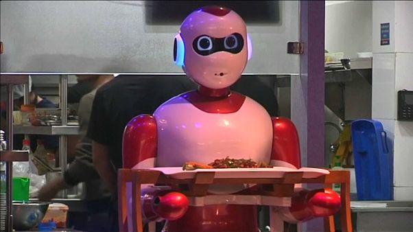 شاهد: روبوتات محلية الصنع تتولى مهام النادل في إحدى مطاعم كاتماندو