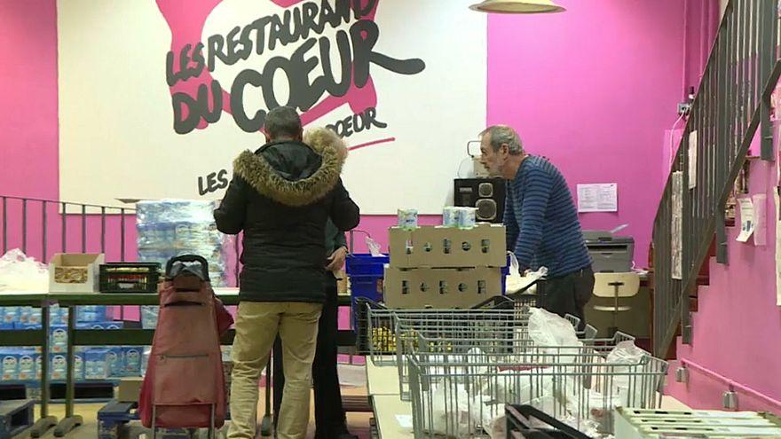 Distribution de nourriture dans un centre des Restos du coeur