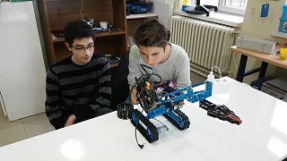 VİDEO   Niğdeli genç mucitlerin son buluşu: Bomba imha robotu