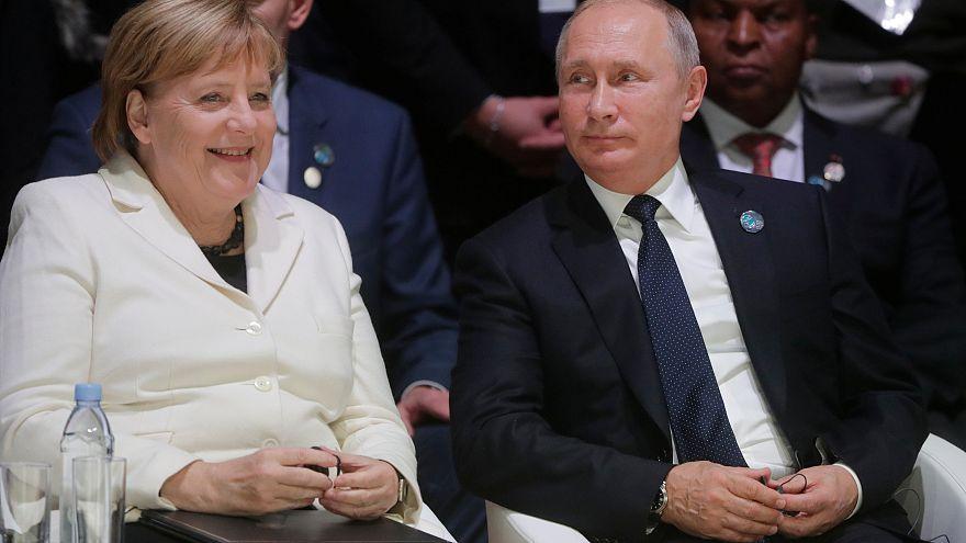"""Putin Merkel ile telefonda görüştü: """"Ukrayna'nın sıkıyönetim kararından endişeliyiz"""""""