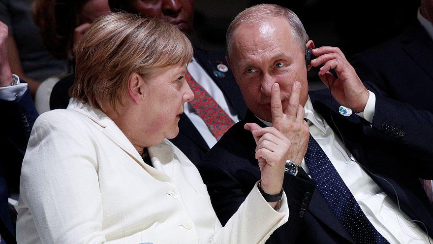 Korábbi fotó Angela Merkelről és Vlagyimir Putyinról a párizsi Béke Fórumon
