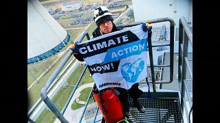 Greenpeace escala una chimenea de una central de carbón en Polonia