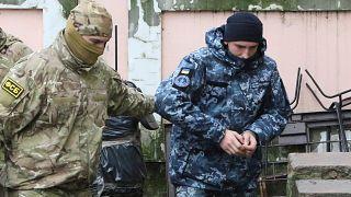 Российский суд отправляет украинских моряков под арест как преступников