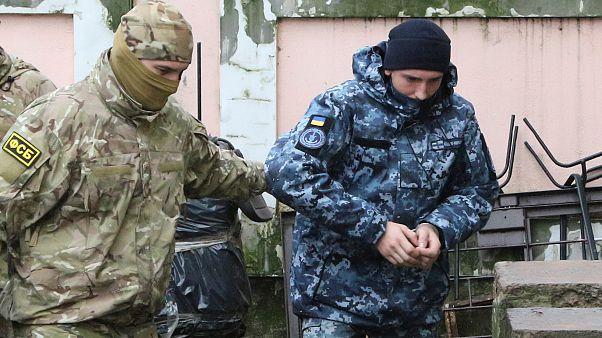Gözaltına alınan Ukraynalı asker Kırım'da mahkemeye getirilirken