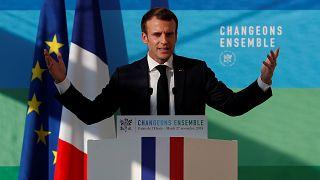 Macron tágyal a sárga mellényesekkel