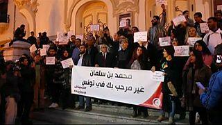 Tunisini protestano contro la visita del principe ereditario saudita