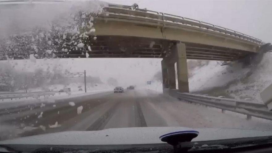 شاهد: ما الذي يحدثه سقوط كتل من الثلج على زجاج أمامي لسيارة