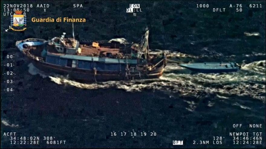 Migranti trainati poi abbandonati al largo delle coste italiane