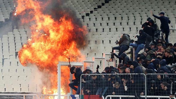 Ultras del AEK y el Ajax protagonizan en Atenas una auténtica batalla campal