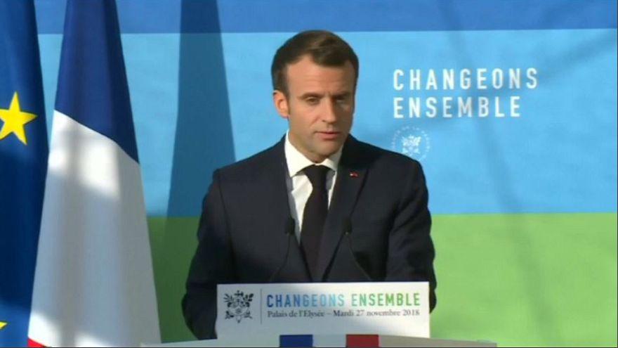 """Gilet Gialli, Macron: """"Non confondo i cittadini con i teppisti"""""""