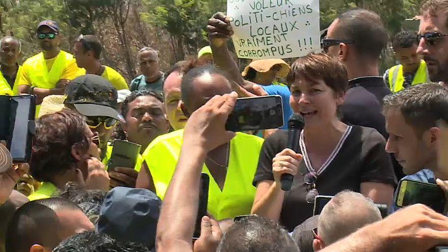 Annick Girardin, face à la foule dans un barrage bloquant
