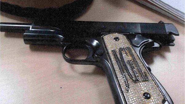 Le pistolet incrusté de diamants du narco El Chapo, présenté à son procès.