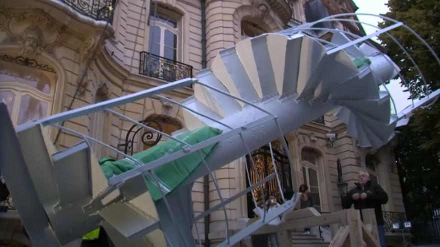Eiffel Tower staircase fetches big bucks at auction