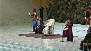 "Taubes Kind ""predigt"" dem Papst"