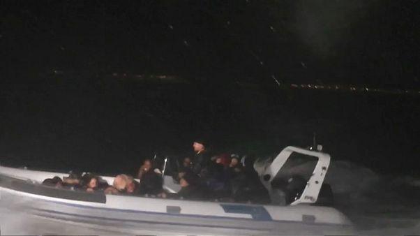 شاهد: مطاردة بين خفر السواحل التركي وزورق مهربين