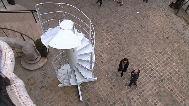 Um pedaço de escadas da Torre Eiffel vendido por 169 mil euros