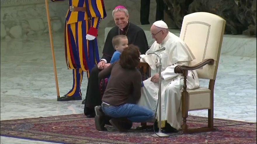 Vatikan: Junge gesellt sich zum Papst auf die Bühne