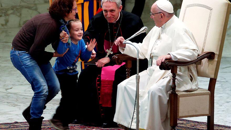"""Papa Francesco, fuori programma con bimbo: """"è indisciplinato ma libero"""""""