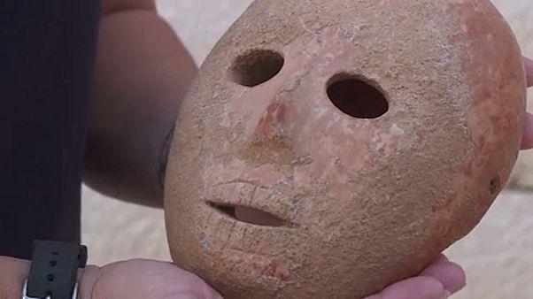 Ισραήλ: Σπάνια μάσκα 9000 ετών ανέκτησαν αρχαιολόγοι