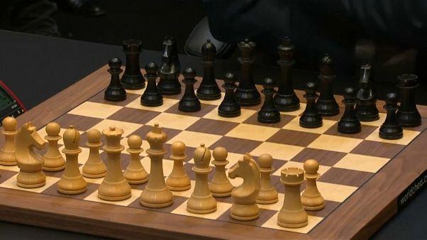 Scacchi: Magnus Carlsen batte Fabiano Caruana e conserva il titolo mondiale