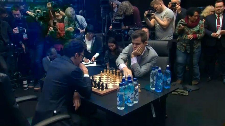 النرويجي ماغنوس كارلسن يتوج بلقب العالم للشطرنج للمرة الرابعة على التوالي