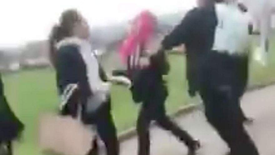 شاهد: طفلة سورية محجبة تتعرض لضرب مبرح في بريطانيا
