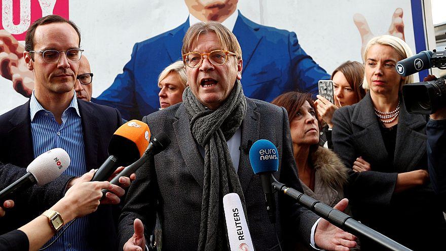 Botrányosnak minősítette a magyar kormány plakátját Verhofstadt