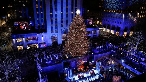 Acceso l'albero di Natale al Rockefeller Center di New York